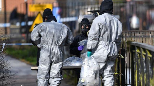 Nhân viên điều tra Anh thu thập mẫu hóa chất gần nơi xảy ra vụ đầu độc ở Salisbury.