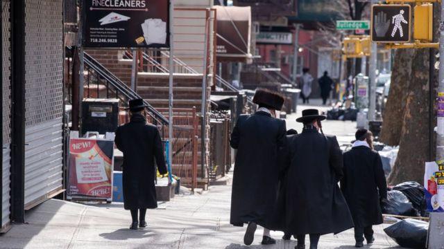 Grup de judíos ortodoxos caminando por una calle de Nueva York