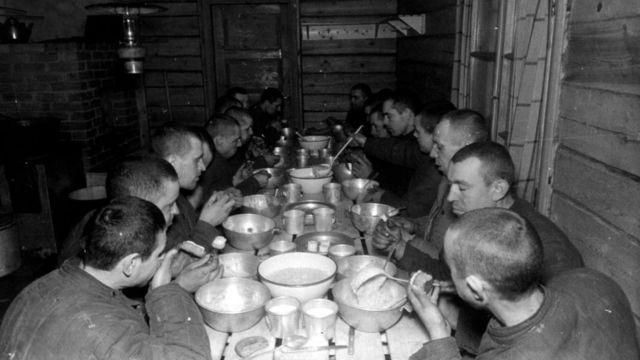 Советские военнопленные получают в плену горячую пищу