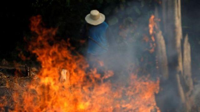"""En la temporada de """"queimada"""" los agricultores queman la tierra para preparar la próxima temporada de siembra."""