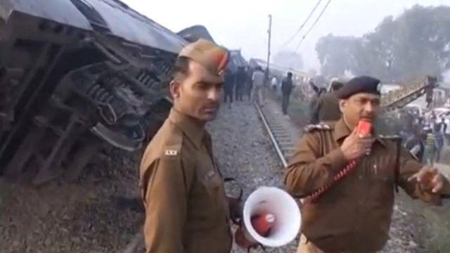 الشرطة الهندية في موقع حادث خروج القطار مدينة كانبور