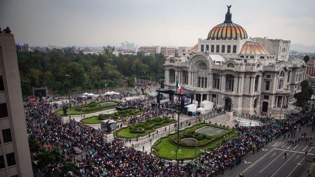Largas filas frente al Palacio de las Bellas Artes.