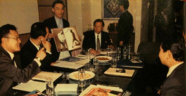 Park Chae-seo com executivos de publicidade em um hotel na Coreia do Norte