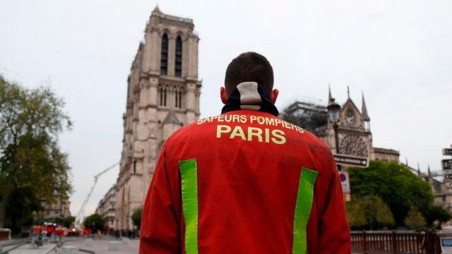 пожарный смотрит на собор