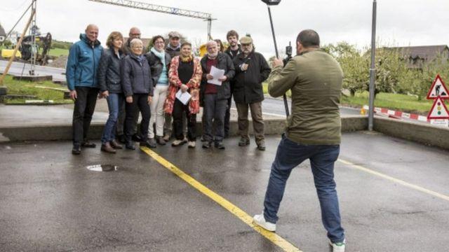 Os quinze integrantes do grupo IG Solidaritaet, que querem criar solidariedade para com os refugiados