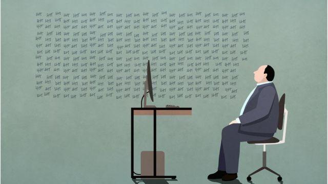 Un hombre frente a un computador