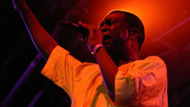 Youssou N'Dour dey perform for stage.