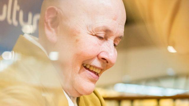 Monja Coen sonriendo