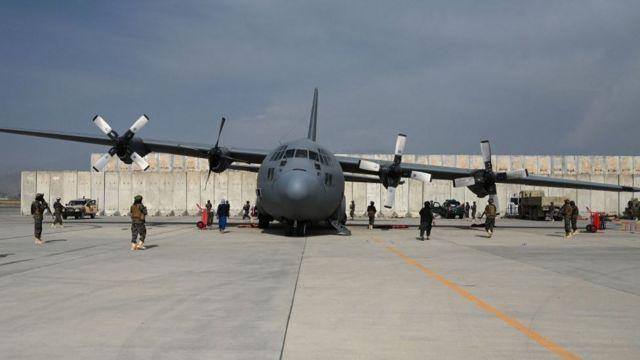 Hercules C-130 ditinggalkan di Bandara Kabul.