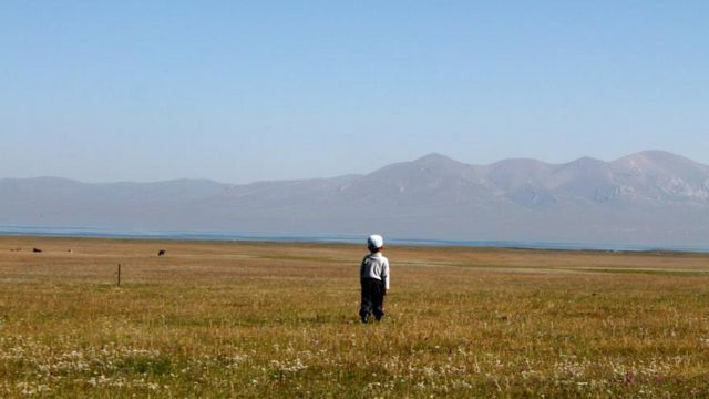 Ребенок на фоне киргизских гор