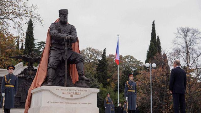 Vladimir Putin en la develación de una estatua de Alejandro III, el padre del último Zar de Rusia y uno de los miembros de la dinastía de los Romanov.