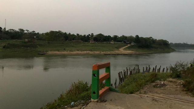 கரீம்கஞ்ச் நகரின் நடுவில் ஓடும் ஆறு.
