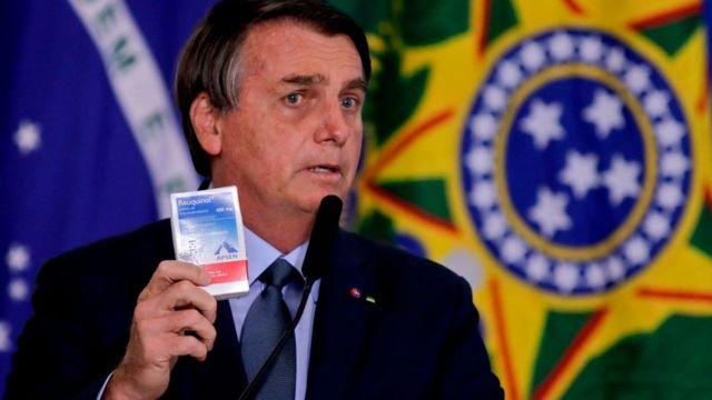 Brezilya Devlet Başkanı Jair Bolsonaro, hidroksiklorokin muadili ilaçla kameraların karşısına çıktı.