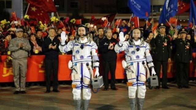 यान के साथ दो चीनी अंतरिक्ष यात्री जिंग हैपेंग और चेन डोंग भी भेजे गए हैं.