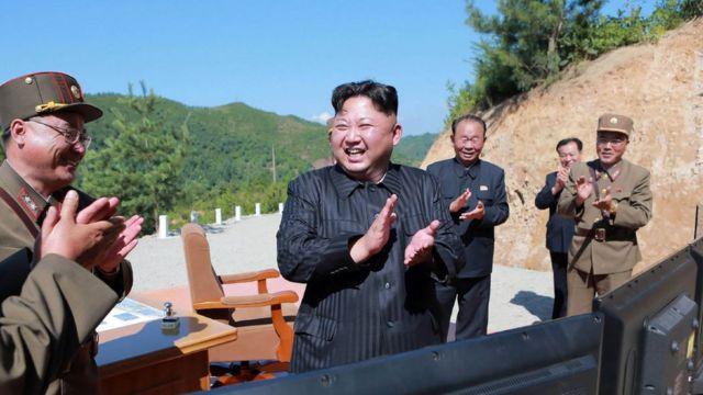 2017년 화성 14형 시험 발사를 자축하는 김정은 위원장