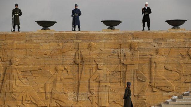 جنود أتراك في نصب تذكاري