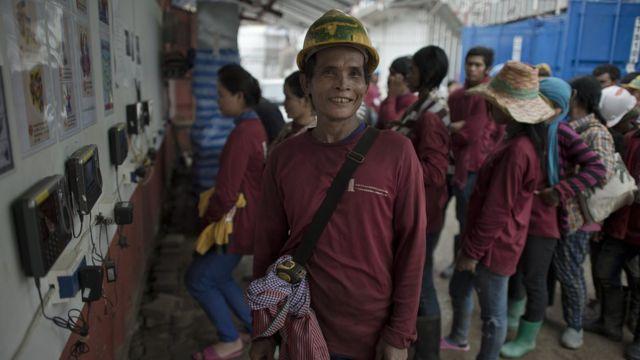 งานก่อสร้างในไทยเป็นอีกหนึ่งภาคส่วนที่ต้องพึ่งพาแรงงานต่างด้าว ในภาพเป็นคนงานก่อสร้างชาวกัมพูชาที่ทิ้งบ้านเกิดมาขายแรงงานในไทย