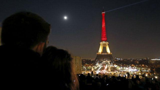 パリのエッフェル塔がベルギー国旗の色にライトアップされた(22日)