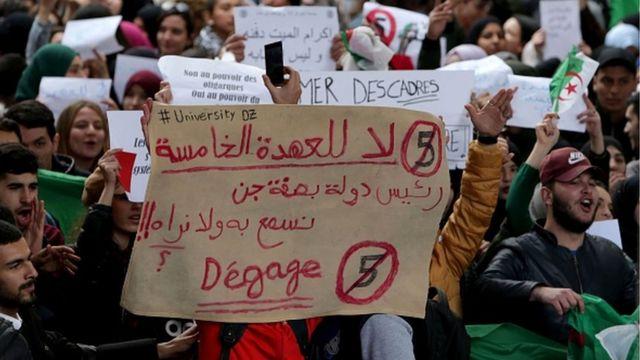 Des étudiants protestent contre la candidature d'Abdelaziz Boutefika à la présidentielle d'avril prochain.