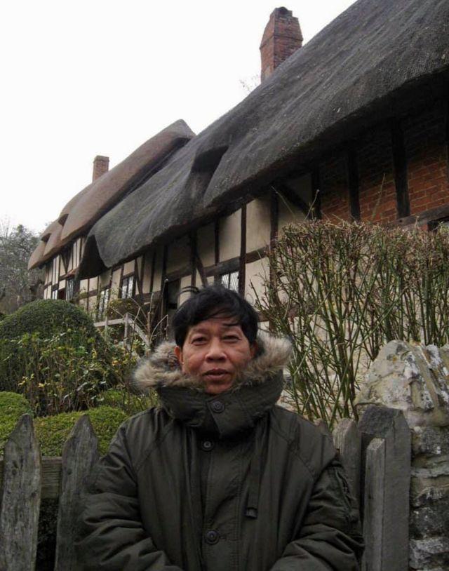 Ông Nguyễn Huy Thiệp trước cửa nhà Shakespeare năm 2008