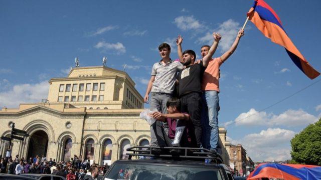 Манифестанты с флагом Армении