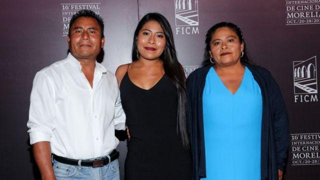 """Мама Апарисіо відвідає церемонію """"Оскара"""" разом із донькою"""