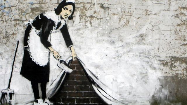 'Varrendo para Debaixo do Tapete' (2006), Banksy