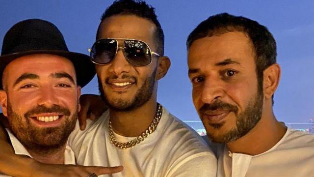 الفنان المصري محمد رمضان مع الفنان الإسرائيلي عومر آدام والفنان الإماراتي حمد المزروعي في صورة نشرها الناطق بلسان الجيش الإسرائيلي أفيخاي أدرعي على حسابه في تويتر