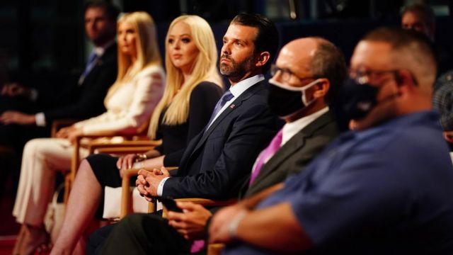 Eric Trump, Ivanka Trump, Tiffany Trump e Donald Trump Jr na plateia