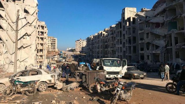 تجمع الأهالي بعد انفجار في مقر هيئة تحرير الشام