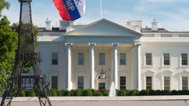 Casa Blanca con una imagen de la Torre Eiffel en alusión al Acuerdo de París.