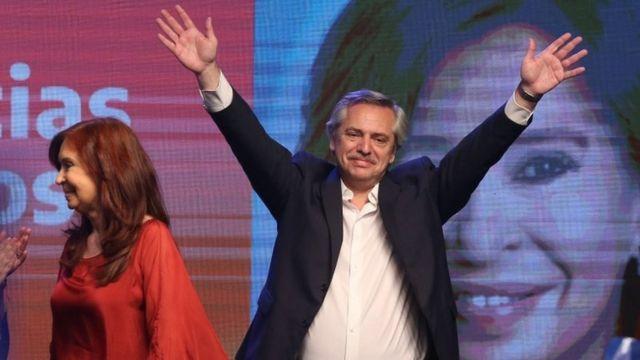 آلبرتو فرناندز، رئیس جمهور منتخب آرژانتین همراه با کریستینا فرناندز معاون رئیس جمهور منتخب