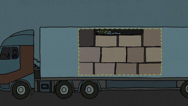 Joven escondido en un camión.