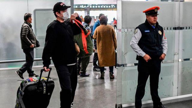 Hombre con máscara en el aeropuerto de México.