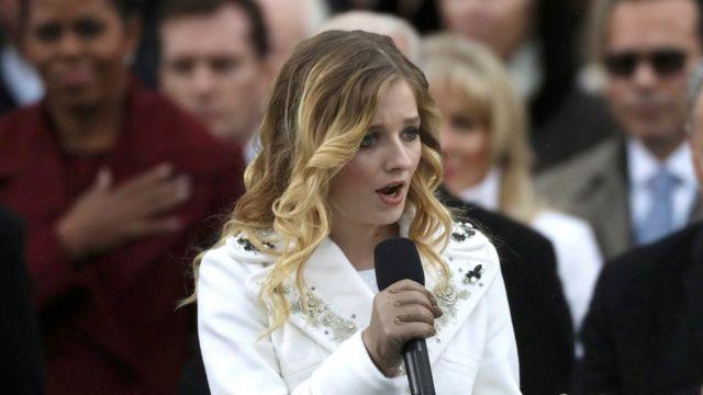 就任式で国歌を歌ったジャッキー・エバンコさん。16歳のエバンコさんは、オーディション番組「America's Got Talent」で有名に