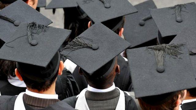 大學畢業生背面