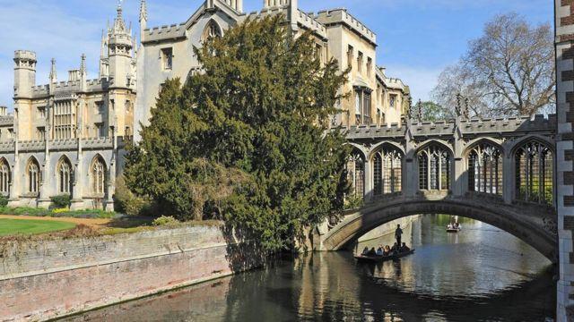 Мост, ведущий к колледжу Сент-Джон в Кембридже