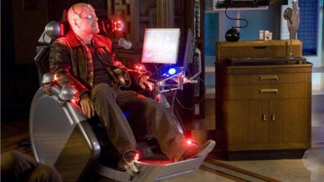 """تصوير فيلم """"البدائل"""" بطولة بروس ويليس والرجل الذي أنتجه في عام 2009 ، يهيمن البشر من المنزل على نماذج بديلة تمثلهم."""