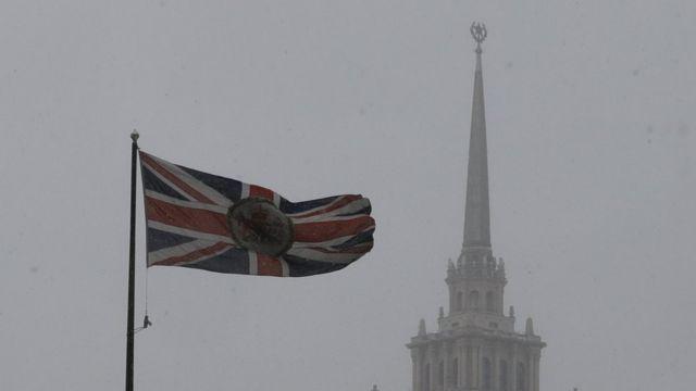 флаг Британии и шпиль здания МИД РФ