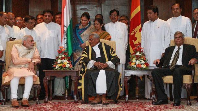 Primer ministro de la India acompañado del portavoz del parlamento y el primer ministro de Sri Lanka.