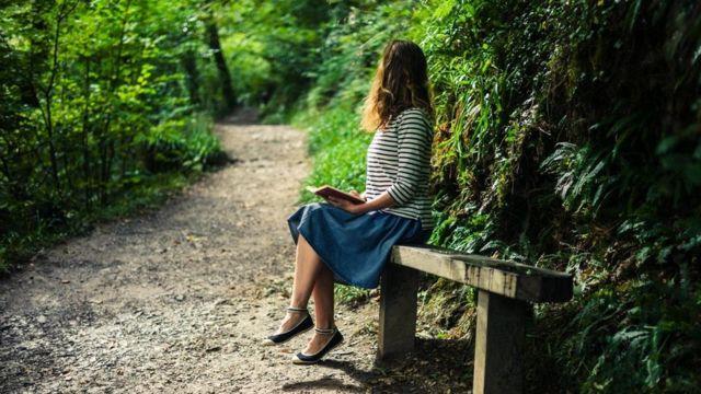 فتاة تجلس في متنزه