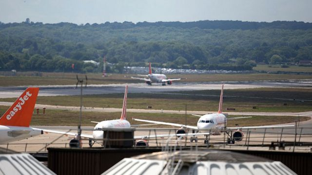 un avión aterriza en el aeropuerto de Gatwick.