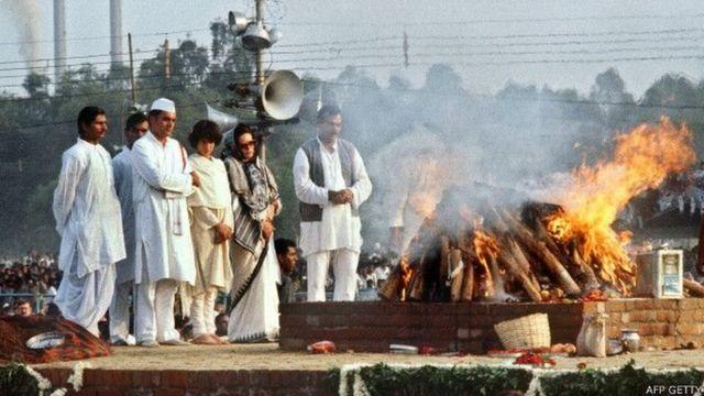 इंदिरा गांधी के अंतिम संस्कार में नज़र आ रहे हैं सोनिया गांधी, प्रियंका गांधी और राजीव गांधी