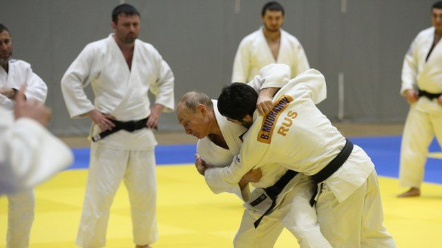 Putin faz exibição com atletas de judô