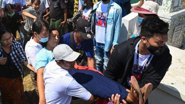 Mẹ của Nyi Nyi Aung Htet Naing, người chết do bị đạn bắn trong khi biểu tình chống lại cuộc đảo chính quân sự, được khênh đi sau khi bà gục xuống trong lễ tang con trai ở Yangon vào ngày 2/3/2021