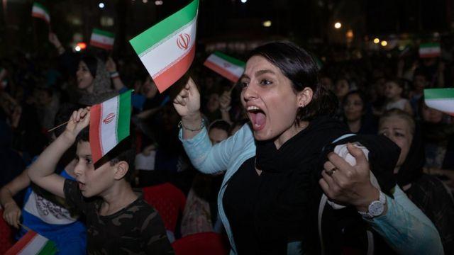 زنی طرفدار تیم ملی فوتبال ایران و با در دست داشتن پرچم ایران از این تیم طرفداری میکنند. در ۳۰ خرداد ۱۳۹۷ زنان اجازه پیدا کردند تا در ورزشگاه آزادی بازی ایران و اسپانیا را بر روی اسکرین که به طور مستقیم پخش میشد تماشا کنند. حضور آنها با مخالفت بسیاری از مقامات و مراجع مواجه شد