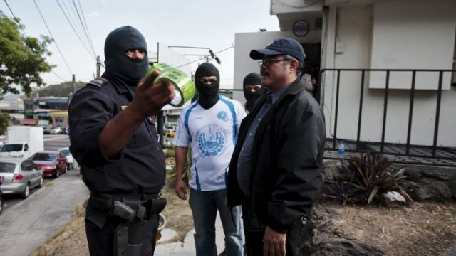Polisi ikora iperereza iri imbere mu biro bya Mossack Fonseca ahitwa San Salvador, El Salvador ku ya 08/04/2016