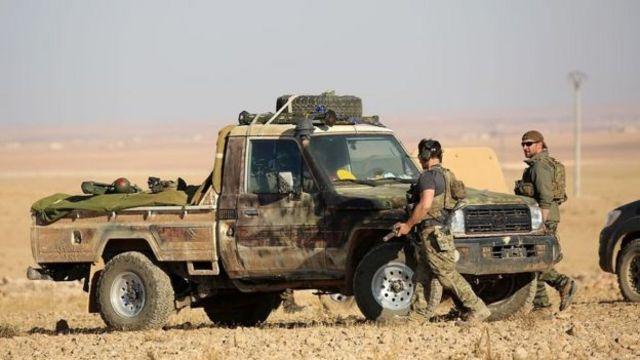 ائتلاف به رهبری آمریکا از نیروهای دموکراتیک سوریه که ائتلافی با برتری کردها است، حمایت می کند