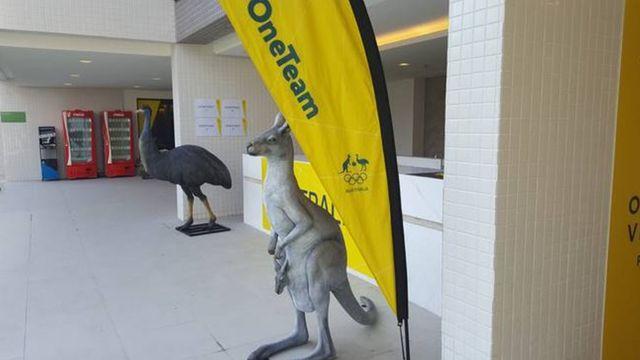Canguru na frente de quartos da delegação australiana