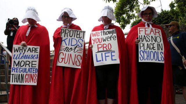 """Активисти носе црвене одоре и беле капе, по узору на дистопијски роман и ТВ серију """"Слушкињина прича"""" пре """"Марша за наше животе"""""""